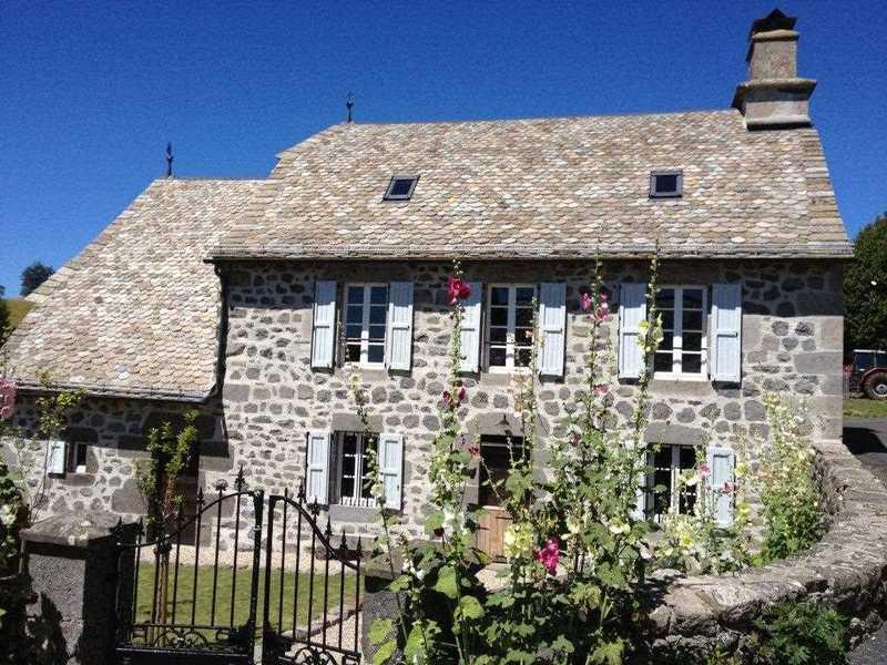 Romantisch en comfortabel vakantiehuis in de Auvergne, de voormalige pastorie van het dorpje Lacapelle-Barrès.